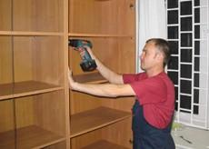master krutit shkaf1 - Вывоз мебельной советской стенки