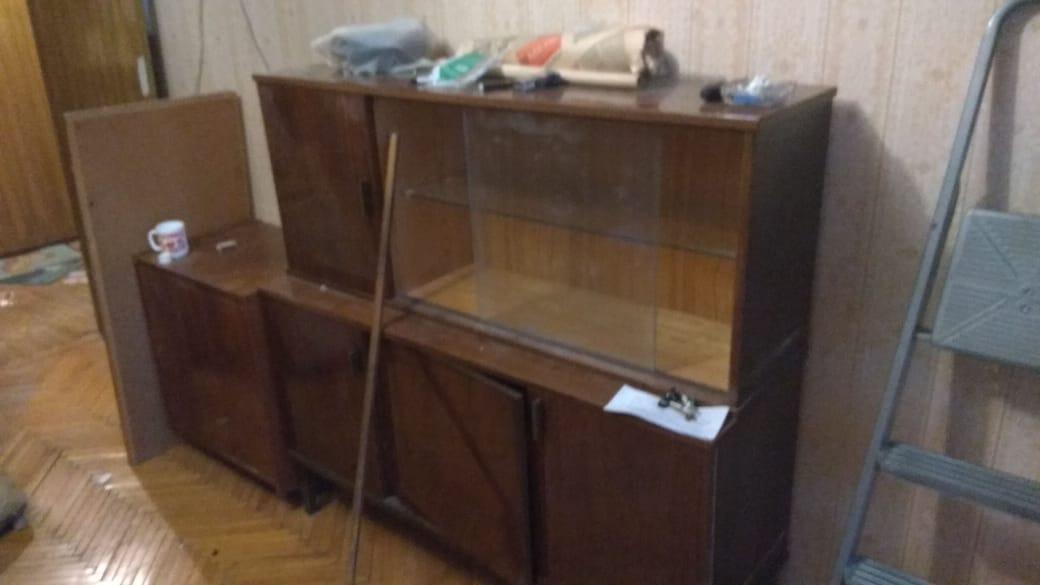 Кто увозит старую мебель от подъезда?